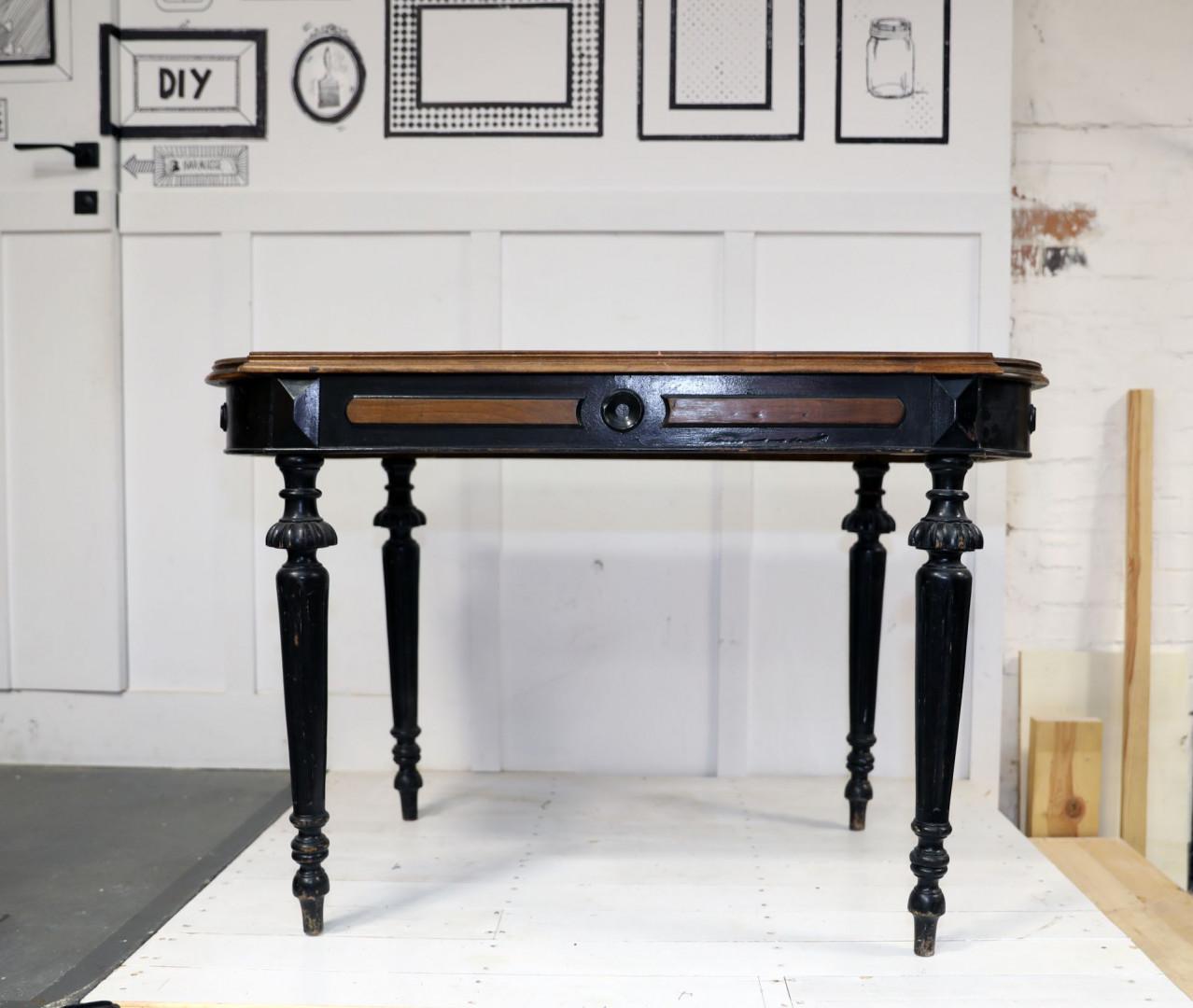 Odnowiony antyczny stolik będzie piękną ozdoba nie tylko klasycznego wnętrza. Zdjęcia i realizacja: Pani to Potrafi
