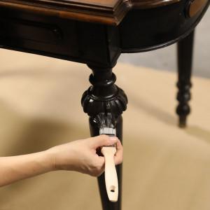 Drewniane, rzeźbione nogi często wystarczy tylko odświeżyć. Zdjęcia i realizacja: Pani to Potrafi