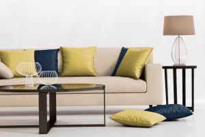 Sofy z kolorowymi poduszkami - prosty sposób na ciekawy salon