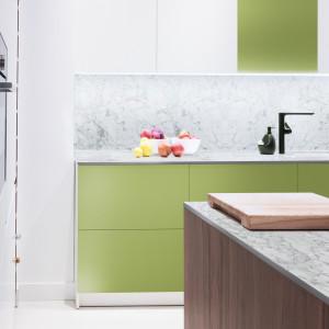 Najnowszym trendem w aranżacjach kuchni jest cienki, subtelny blat, który dodaje projektom lekkości. Fot. Pfleiderer