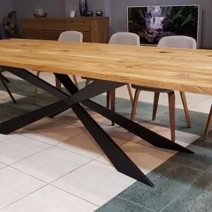 Nie ma dwóch takich samych kawałków drewna, dlatego stoły z tego materiału, nawet te masowej produkcji, zawsze będą się od siebie nieco różnić. Fot. CH Fasty