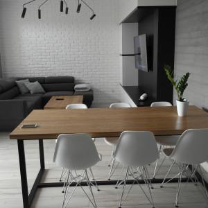 Drewno jest niezwykle uniwersalnym materiałem. To właśnie dlatego zrobione z niego stoły świetnie wpisują się w tak różne aranżacje. Fot. CH Fasty