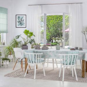 Pamiętaj, żeby dywan był na tyle duży, by krzesło odsunięte od stołu nie wychodziło poza jego obręb. Fot. Dekoria.pl