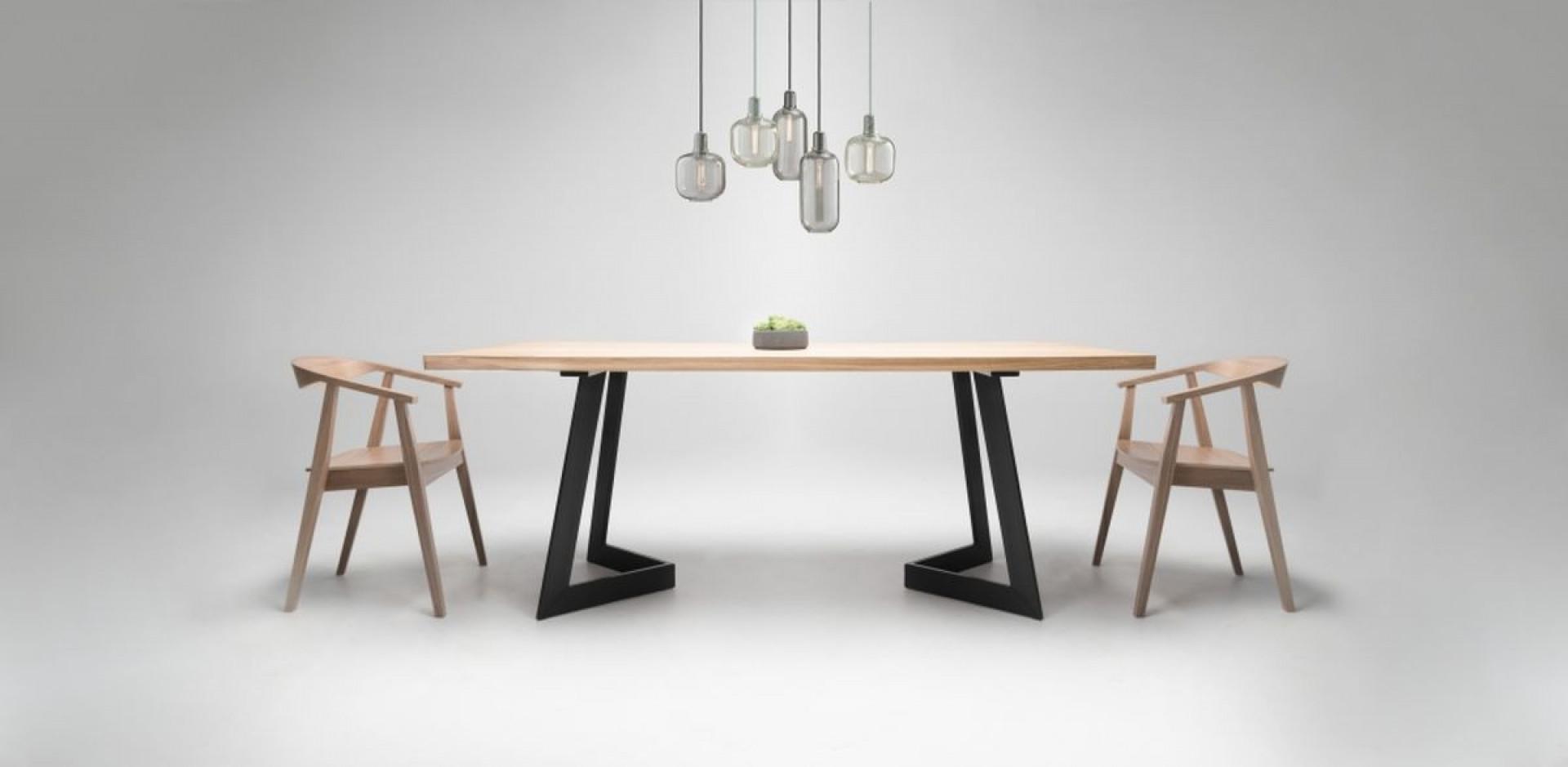 Stół i krzesła marki Custom Shop. Fot. Custom Shop