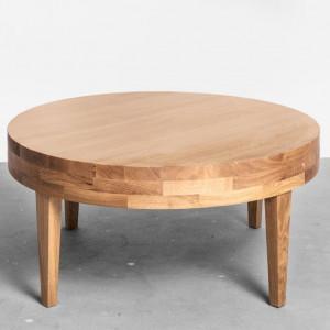 Stolik kawowy z drewna, marki Raw. Fot. Good Inside