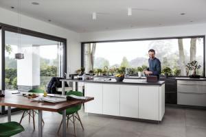 Jaki materiał wybrać na kuchenne fronty – bez odprysków i odcisków palców?
