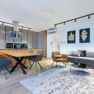 Zabudowy robione na wymiar pozwalają zachować spójność stylistyczną wnętrza w przypadku kuchni otwartych na salon. Fot. Studio A&K/ Max Kuchnie