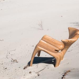 Krzesło Dune autorstwa rzeźbiarza i projektanta młodego pokolenia – Cyryla Zakrzewskiego