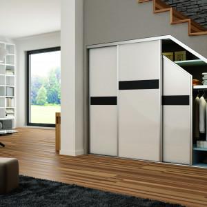 Szafy z drzwiami przesuwnymi nadają się do zabudowania wnęk i skosów. Fot. Sevroll-System