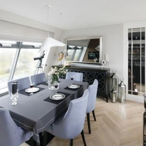 Apartament  w stylu klasycznym - pasują do niego eleganckie, tapicerowane krzesła. Projekt Tomasz Motylewski, Marek Bernatowicz. Fot. Bartosz Jarosz