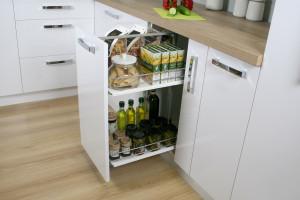 Funkcjonalne wyposażenie kuchennej spiżarni