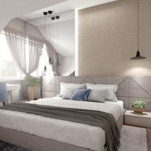W sypialni gospodarzy panuje zachęcający do wypoczynku klimat. Takie przytulne wrażenie wywołuje miękki, tapicerowany zagłówek łóżka, który zajmuje całą długość ściany, przypominająca mięsistą tkaninę tapeta i puchate dywany. Pełnemu relaksowi sprzyja również spokojna kolorystyka w odcieniach bieli, beżu i szarości z błękitnymi akcentami. Projekt: Małgorzata Górska-Niwińska. Fot. Pracownia Architektoniczna MGN