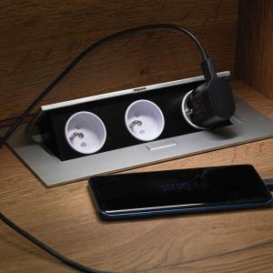 Dodatkowe gniazdko elektryczne na pewno przyda się w kuchni, a kiedy nie będzie potrzebne, wystarczy je schować w dyskretnym schowku zaprojektowanym w blacie. Fot. Kam