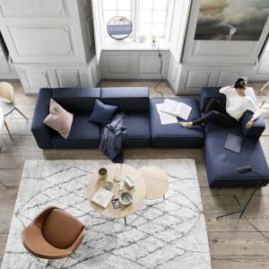 Granatowa sofa w nowoczesnym wnętrzu. Fot. BoConcept