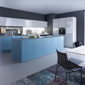 Błękit, dzięki połączeniu z bielą prezentuje się świeżo i modnie. Fot. Leicht
