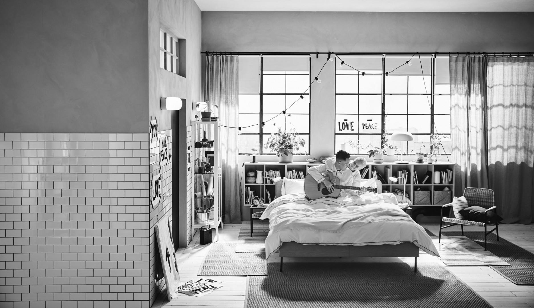 Łóżko z tapicerowanym zagłówkiem Slattum firmy IKEA. Fot. IKEA