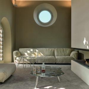 Wnętrze z kremową kanapą. Fot. Edra