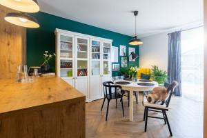 Drewno, natura i kolory - oto wnętrze przytulnego mieszkania!