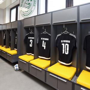 Szatnia sportowa klubu KS Ostrovia w Ostrowi Mazowieckiej - wyremontowana w ramach wolontariatu pracowniczego. Fot. Forte