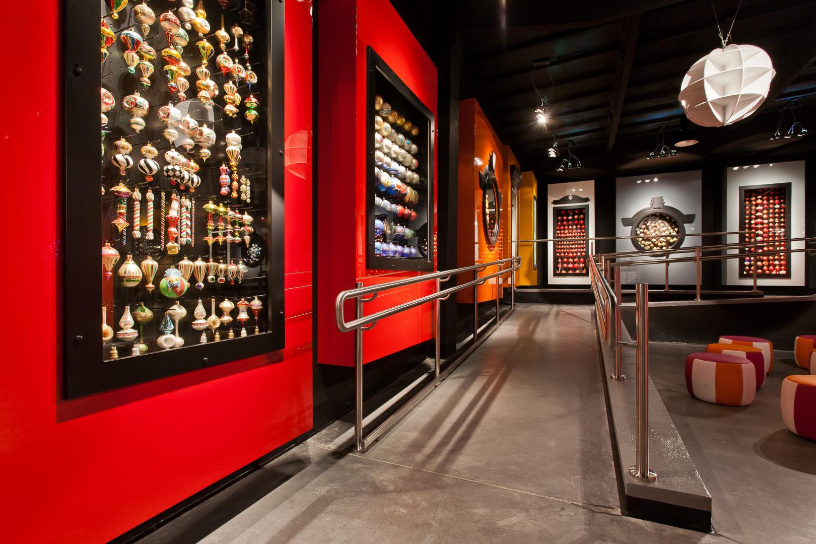 Na terenie dawnej milickiej fabryki bombek firma Deftrans wsparła otwarcie Muzeum Bombki. Fot. Deftrans