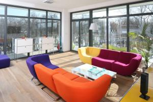 Kolorowe meble w salonie - zobacz realizacje czołowych architektów!