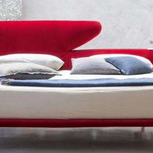 Łóżko z wezgłowiem, które może pełnić funkcję stolika. Fot. Bonaldo