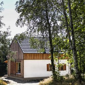 Gospodarstwo ekologiczne w Kotlinie Kłodzkiej. Dom budowany przy pomocy nowoczesnych prefabrykatów słomiano-drewnianych. We wnętrzu piękne gliniane tynki i drewniane podłogi, naturalne farby i impregnaty. Fot. eKodama