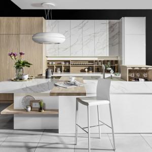 """W nowoczesnej kuchni biel można zestawić nie tylko z drewnem, ale też z kamieniem. Na zdjęciu: kuchnia """"Grazia"""" firmy Halupczok. Fot. Halupczok"""