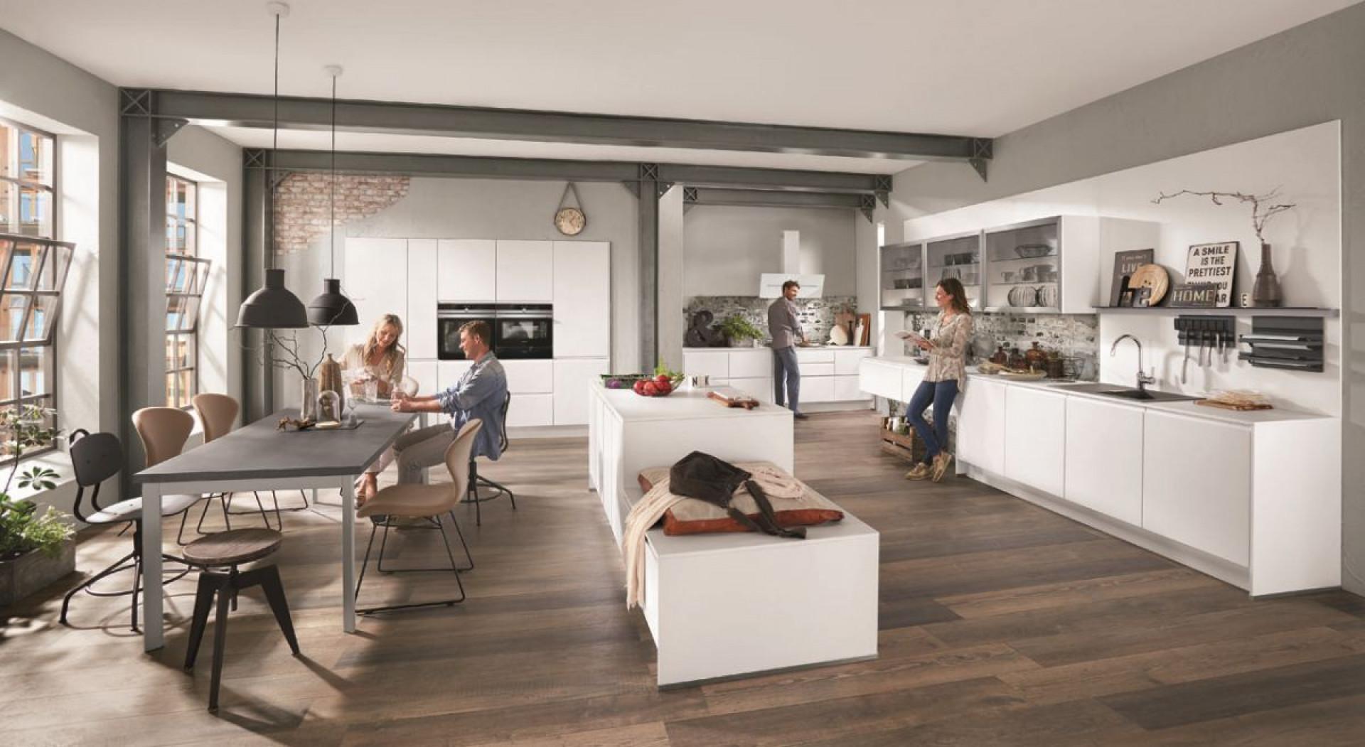 W kuchni Inline marki Verle Kuchen uwagę zwracają szklane witryny nadające zabudowie lekkości. Fot. Verle Kuchen
