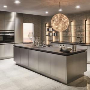 """Nowoczesna kuchnia bazuje na połączeniu materiałów wysokiej jakości i markowego sprzętu agd. Na zdjęciu: kuchnia """"Inox"""" firmy Verle Kuchen. Fot. Verle Kuchen"""