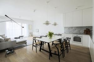 Meblowy minimalizm z industrialną nutą – wnętrze na warszawskim Żoliborzu