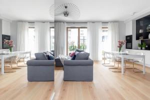 Meblowe kontrasty i funkcjonalność – w mieszkaniu na warszawskim Bemowie