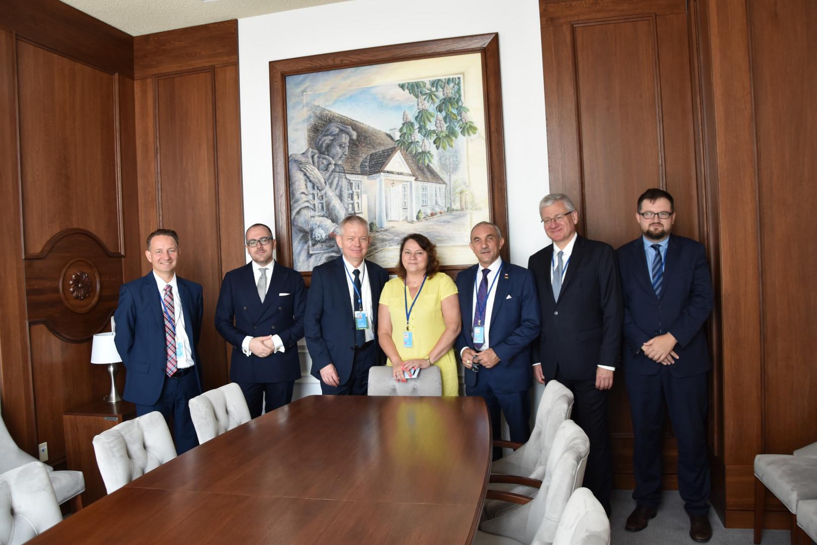 Delegacja rządowa i Prezesi Alina i Jan Szynaka w Sali Posiedzeń ONZ w Nowym Jorku. Fot. materialy prasowe
