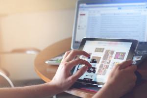 Raport: 57 proc. Polaków kupuje online, 43 proc. wyłącznie w sklepach stacjonarnych