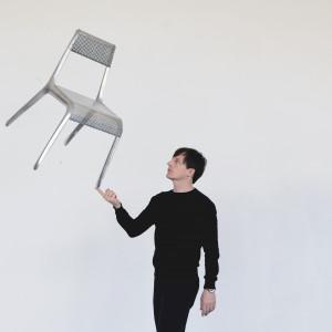 Oskar Zięta z najlżejszym krzesłem na świecie