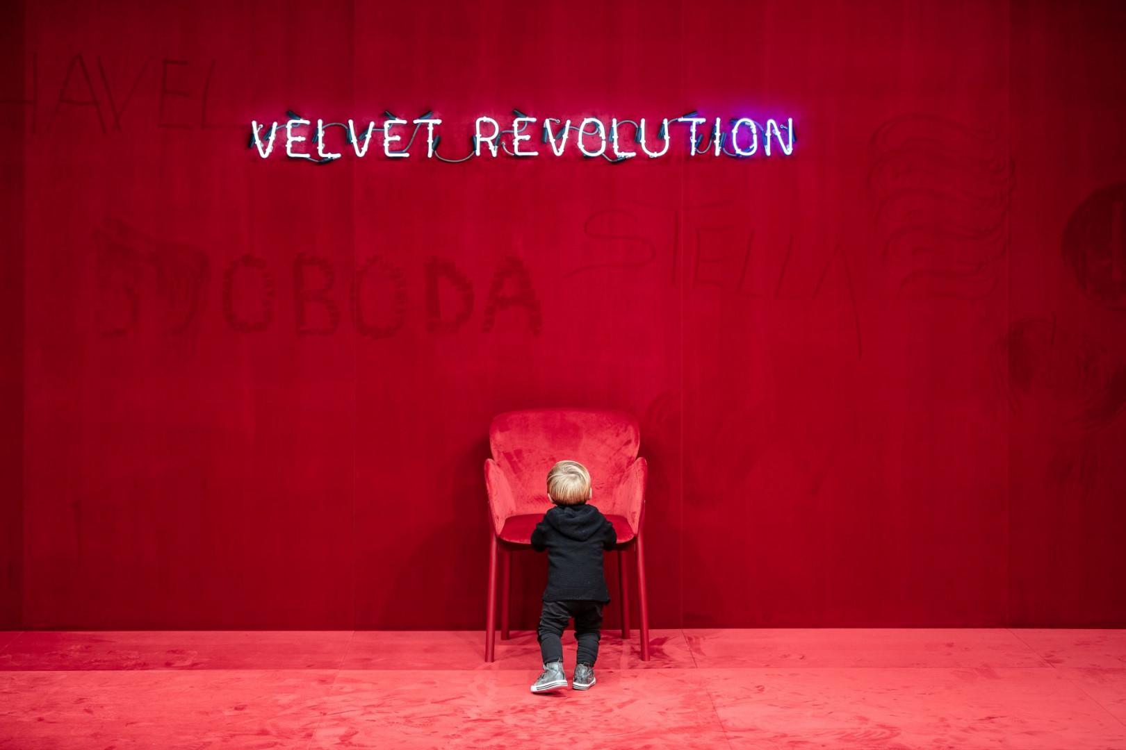 Marka TON przypomina o Aksamitnej Rewolucji w nagrodzonej instalacji. Fot. serwis prasowy TON