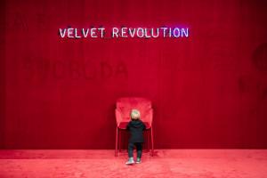 Marka TON przypomina o Aksamitnej Rewolucji w nagrodzonej instalacji