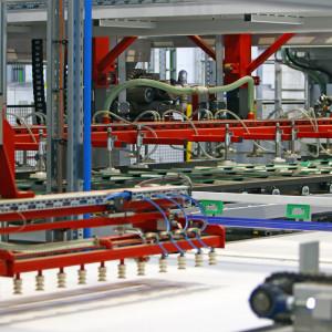 Nowa prasa do produkcji laminowanych płyt wiórowych w zakładzie Pfleiderer w Grajewie. Fot. serwis prasowy Pfleiderer