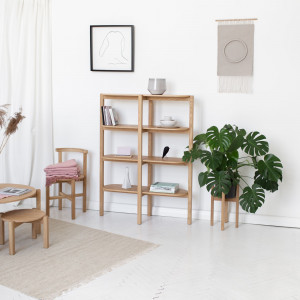 Kolekcja Piano oferuje meble do jadani i salonu, m.in. regał na książki, stół, krzesła, stołki,  kwietniki.