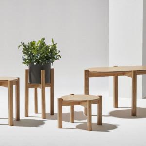 Stoliki Piano wykonane są z wielką dbałością o detal. Okrągłe lub owalne blaty podparte są na drewnianych, zaokrąglonych nogach, które nadają konstrukcji lekkości i finezji.
