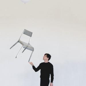 Oskar Zięta z najlżejszym krzesłem na świecie. Ultraleggera to nowy projekt zieta.prozessdesign.Całość wykonana jest w technologii FiDU, a pojedyncze krzesło waży mniej niż 1600 g. Fot. zieta.prozessdesign
