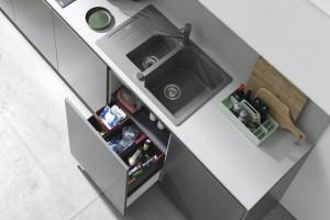 Segregacja odpadów w nowocześnie wyposażonej kuchni