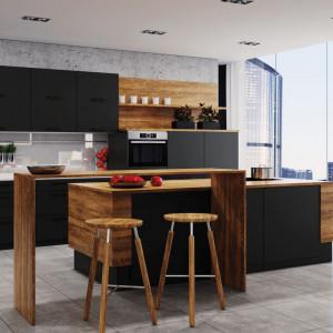 Kuchnia Black Matt marki Classen w połączeniu z drewnem tworzy nowoczesną całość.